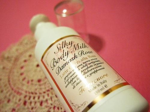P4105206 いい香り、乾燥した体に。テラクオーレのダマスクローズ シルキー ボディミルク
