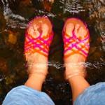 小川で水遊びするのによいサンダル(履いてるのはクロックス)