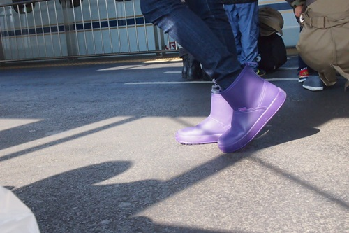 PB223164 crocs colorlite boot wとジーンズのコーデ