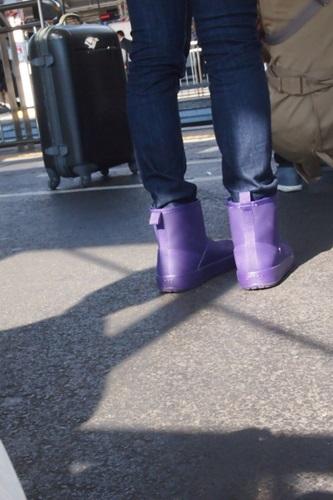 PB223165 crocs Colorlite boot wとジーンズのコーデ