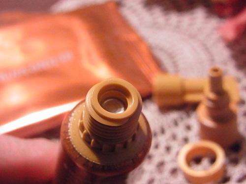 レチノバイタルクリームの密閉チューブ